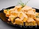 Рецепта Солен чеснов сладкиш (кекс) с царевично брашно, сирене чедър и яйца (със сода за хляб)